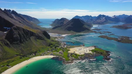 известное место : Beach Lofoten islands is an archipelago in the county of Nordland, Norway. Is known for a distinctive scenery with dramatic mountains and peaks, open sea and sheltered bays, beaches Стоковые видеозаписи