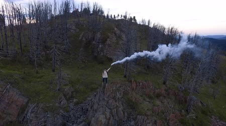 backpacken : Extrimal travel concept: one single woman lost the environmentalists expedition team and burning the smoke bomb. The environmental aero scene after natural disasters from the flying above quadcopter Stockvideo
