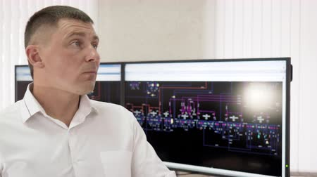 indicador : Control room with digital screens engineering system. Man engineer heating system is working learning documents and data monitors on thermal power station. Modernization of central heating system. Stock Footage