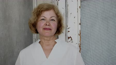 гордый : Portrait of the senior Caucasian Woman Looking Straight to the Camera and Smiling. Confident and Respectable Woman Close-up.