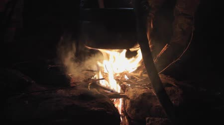 şenlik ateşi : Cooking in field conditions at night, boiling pan at the campfire on a nignt hault