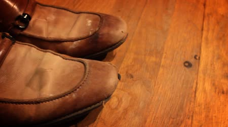 mal cheiroso : Camera pans by old ugly smelly dress shoes Stock Footage