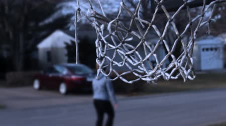 apodrecendo : Woman walks past ugly old basketball netting Stock Footage