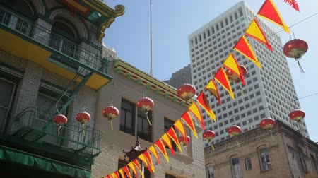 afiş : Flags and lanterns hanging above Chinatown, San Francisco