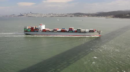 navio : Container freight ship in the San Francisco Bay Vídeos