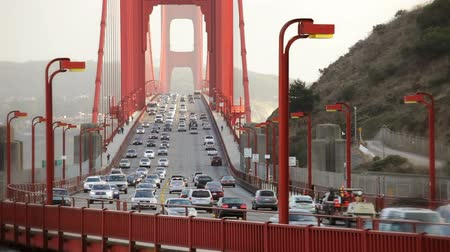 yaya köprüsü : Pedestrians walking and cars driving over the Golden Gate Bridge, time lapse