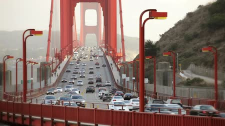 mosty : Pedestrians walking and cars driving over the Golden Gate Bridge