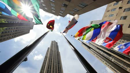 centrum : Flags of the world in New York City Rockefeller Plaza Dostupné videozáznamy