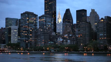 waterkant : Skyline van Manhattan aan de overkant van East River bij zonsondergang Stockvideo