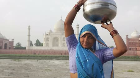 indie : Indian Woman in traditional Sari in front of Taj Mahal, Agra, Uttar Pradesh, India Wideo