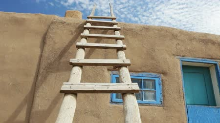 drzwi : Wooden Ladder Against Adobe Building, Taos Pueblo, New Mexico, dolly Wideo