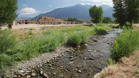 yerleşim : The Red Willow Creek, or Rio Pueblo de Taos also called Rio Pueblo, runs through Taos Pueblo, New Mexico Stok Video