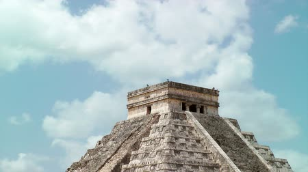 руины : Kukulkan Pyramid at Chichen Itza, Mexico Стоковые видеозаписи
