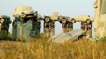garip : The auto replica of Stonehenge, Carhenge in Alliance, Nebraska Stok Video