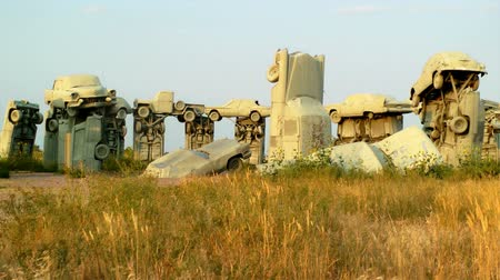 országúti : The auto replica of Stonehenge, Carhenge in Alliance, Nebraska Stock mozgókép