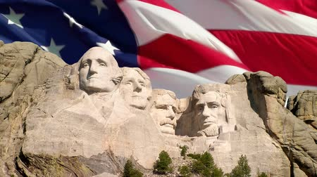 bandeira americana : The American flag waving behind Mount Rushmore National Memorial, South Dakota