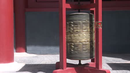 brons : Brons gebedsmolen spinnen in de Lama Tempel, Beijing, China Stockvideo