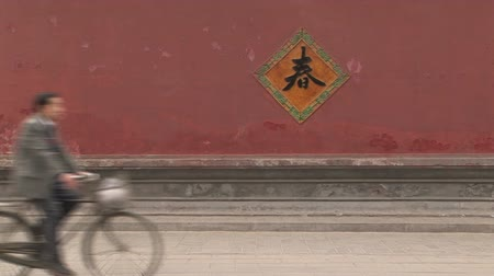 caracteres : Man riding bike past sign, White Cloud Temple, worlds oldest Taoist temple, Beijing, China Stock Footage