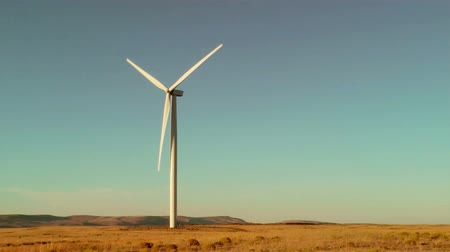 osamělost : Lone power generating wind mill on a prairie in Oregon