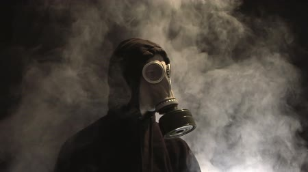 опасность : Smoke rising behind a man in a gas mask Стоковые видеозаписи