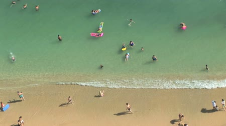 ostrovy : High angle view of tourists on the beach in Waikiki, Honolulu, Hawaii, pan and tilt Dostupné videozáznamy