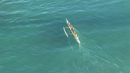 veslování : Hawaiian outrigger canoe paddling across the ocean in Waikiki, Hawaii