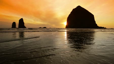 Silhouette Haystack Rock, Cannon Beach, Oregon Wideo