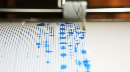 A seismograph machine actively recording ground tremors, Mount St Helens, Johnston Ridge Observatory, Washington Wideo