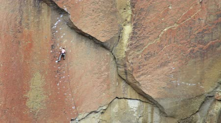 wspinaczka : Man rock climbing at Smith Rock state park, Oregon
