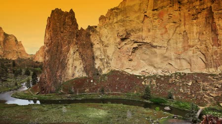 Tramonto a Smith Rock State Park, Oregon, pan Filmati Stock