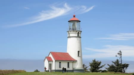 I turisti di entrare nel Capo Blanco Lighthouse, Oregon Coast