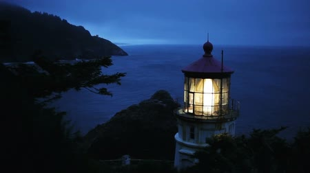 világítótorony : Along the Oregon Coast stands the Heceta Head Lighthouse, lit up at night, includes high quality audio. Stock mozgókép