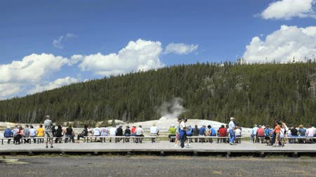 geiser : Mensen in de rij op promenade te kijken Old Faithful, Time lapse, Yellowstone National Park Stockvideo