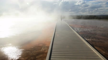 geiser : Promenade door de Bactrië matten rond de Grand Prismatic Spring, Yellowstone National Park