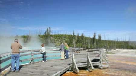 geiser : Bezoekers op de promenade bij Black Pool geiser in Yellowstone National Park, kraan schot