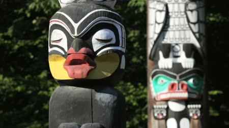 kanada : Vancouver, BC, Canada, downtown Stanley Parks collection of Native totem poles, dolly shot, rack focus