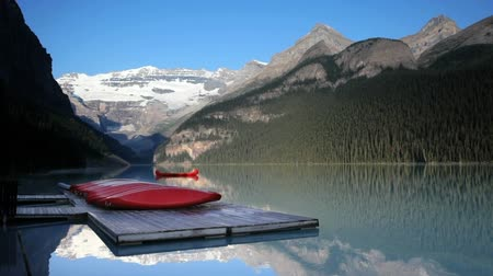 atracação : Row of canoes on a dock on Lake Louise, Banff National Park