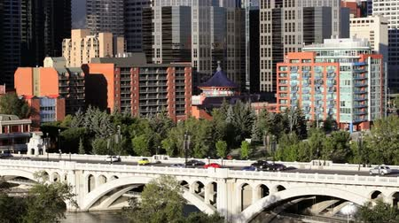 Traffico andando in Centro di Calgary su Centre Street Bridge