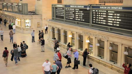La gente in fila per acquistare i biglietti in Grand Central Station Filmati Stock