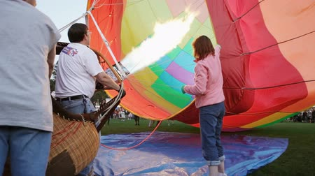 genişleme : Setting up a hot air balloon at the annual Tigard Festival of Balloons Stok Video