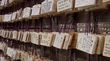 sagrado : Prayer tiles, Meiji Jungu Shrine. Prayers are written on a wooden tile and hung on a votive board. Vídeos