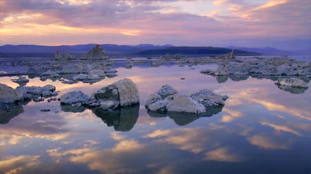 крайняя местности : Tufa formations rising out of Mono Lake, California