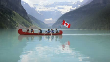 kanada : Group canoeing on Lake Louise, Banff National Park, Canada