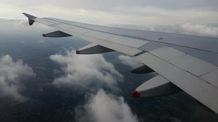 londýn : 4K 30fps of Aeroplane Wing View Window Afternoon Heathrow at London United Kingdom 3840x2160
