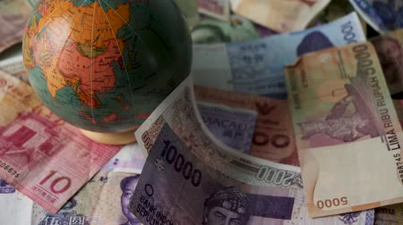 mapa : 4k 25FPS footage of Foreign Money Falling Banknotes Money Drop World Currency Trade War Graded Stationary