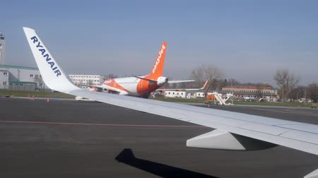 fartuch : Berlin, Germany - March 23, 2019: View of Ryanair Aeroplane wing winglet and easyjet plane at Berlin schoenefeld airport Germany