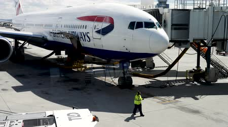 погрузчик : Las Vegas, United States - April 19, 2019: British Airways Boeing 777 being loaded and prepared by Las Vegas ground grew before flight to London