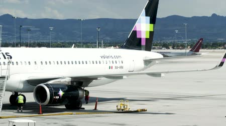 Вегас : Las Vegas, United States - April 19, 2019: Volaris Aircraft at Las Vegas McCarran Airport being maintained, checked and prepared for flight