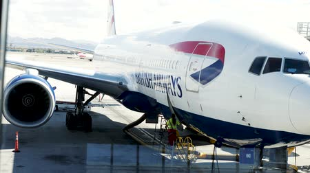 nakládané : Las Vegas, United States - April 19, 2019: British Airways Boeing 777 being loaded and prepared by Las Vegas ground grew before flight to London