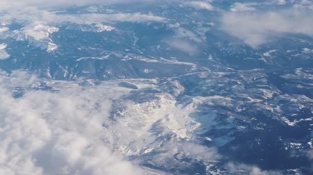 alta calidad : Mid Flight, United States - April 19, 2019: Window View of flying above the rocky mountains on commercial flight to Las Vegas USA. Archivo de Video